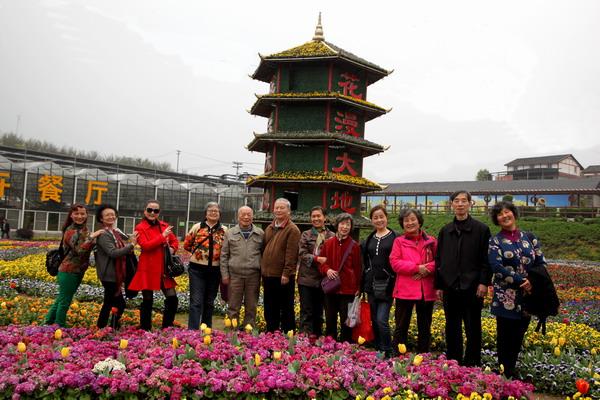 2016年3月30日组织学院全体老同志前往青木关凤凰镇花海春游.